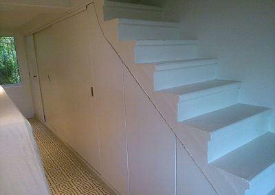 Agencement sous escalier blanc